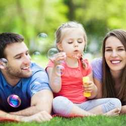 Por qué es importante que los padres jueguen con los niños