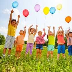 Preparativos para la fiesta de cumpleaños de los niños