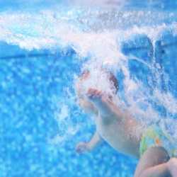 Cómo debe ser el primer contacto del bebé con el agua