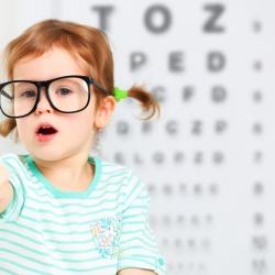 Niños y bebés con gafas