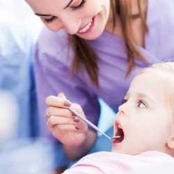 Cuándo llevar al niño o al bebé al dentista por primera vez
