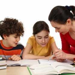 ¿Debemos echar una mano a los hijos en sus deberes escolares?