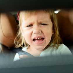 ¿Qué hago si mi hijo no quiere sentarse en la sillita de seguridad del coche o auto?
