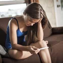 ¿Qué debo hacer si me entero de que mi hija adolescente está embarazada?