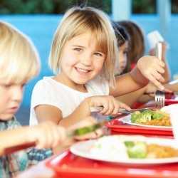 ¿Por qué los niños comen mejor en el comedor del colegio?