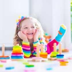 Los niños deben recoger sus juguetes cuando terminen de jugar