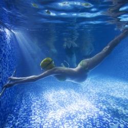 Masaje musical bajo el agua para embarazadas