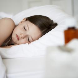 Los niños deben dormir sin luz