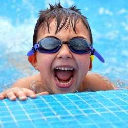 Niños bien vigilados en la piscina