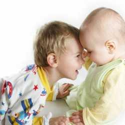 ¿Cómo convive un bebé con su hermano mayor?