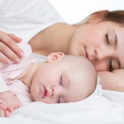 Beneficios de dormir junto a un bebé recién nacido