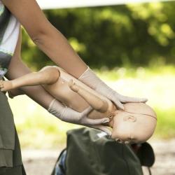 ¿Cómo dar primeros auxilios a un recién nacido?