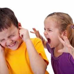 ¿Es normal que los niños se arañen y se muerdan en la guardería?