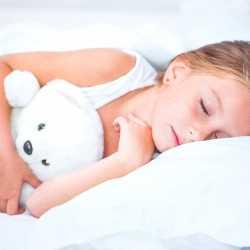 ¿Por qué mi hijo sigue mojando la cama?
