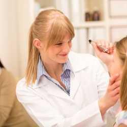 Cómo detectar los problemas visuales de los niños: señales que indican que el niño no ve bien
